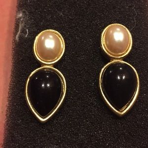 Jewelry - Yellow gold pearl and black onyx drop earrings.